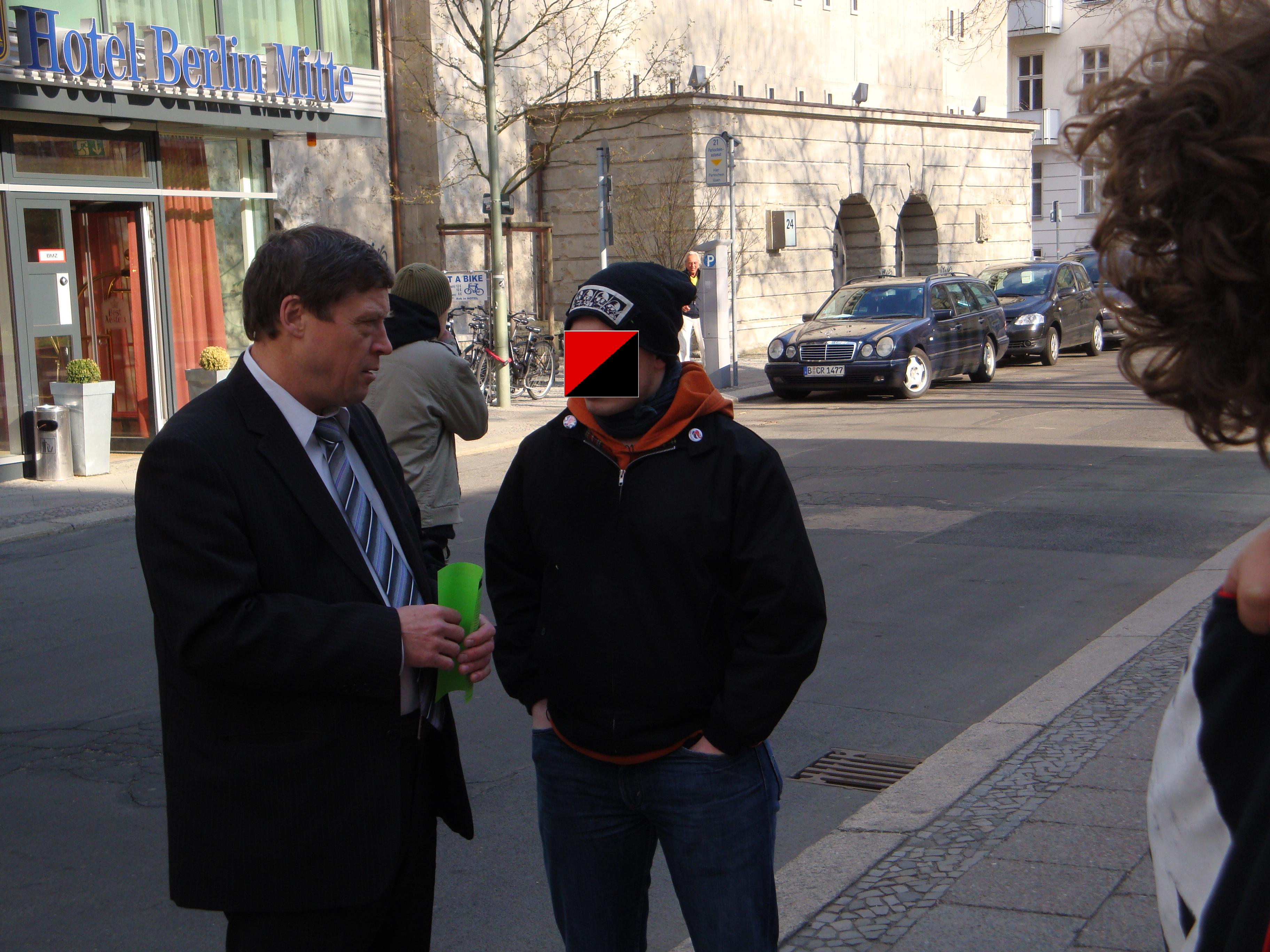 Genosse der ASJ beim Gespräch mit einem Vertreter des ukranischen Konsulats